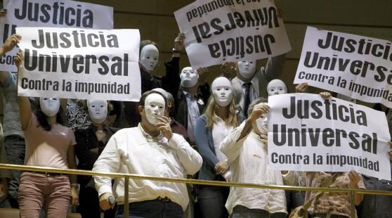 Ciudadanos protestan en el Senado contra la reforma de la justicia universal. Foto del blog de Ignacio Aréchaga.