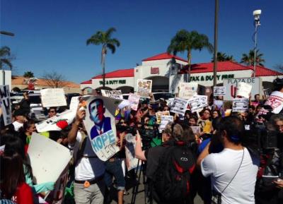 Cientos de familias y DREAMers intentaron cruzar la frontera mexico-estadounidense el pasado lunes. Imagen tomada de YouTube