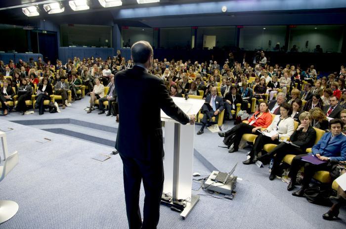 Morten Kjaerum, director de la FRA, se dirige a los asistentes a la presentación del informe. Foto de la web de la FRA, utilizada con autorización.