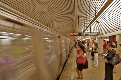Amado u odiado, el sistema de metro de Nueva York es más que un medio de transporte, es casi un estilo de vida. Imagen cortesía de Flickr/sakeeb (CC BY 2.0)
