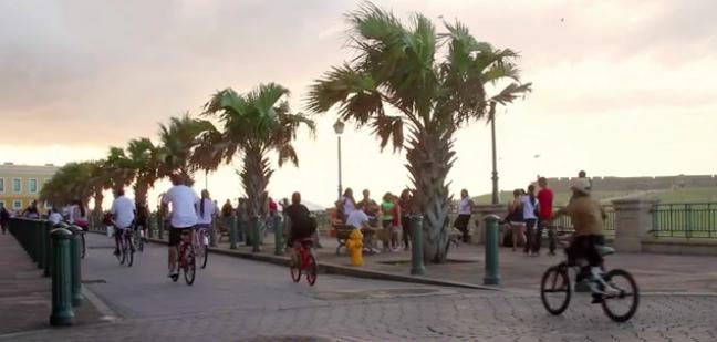 Ciclistas corriendo bicicleta en el Viejo San Juan, ciudad capital de Puerto Rico. Imagen tomada de video.