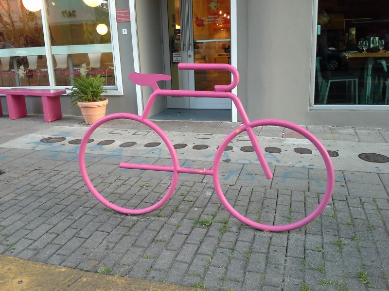 """Soportes (o """"racks"""") para bicicletas, como el que se muestra en la foto, se han instalado en distintos lugares de Santurce, reflejando el aumento en el uso de la bicicleta. Foto tomada por el autor."""