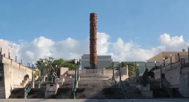 """""""Tótem Telúrico"""" (1992) de Jaime Suárez en la Plaza del Quinto Centenario en el Viejo San Juan, ciudad capital de Puerto Rico. Imagen tomada de video."""