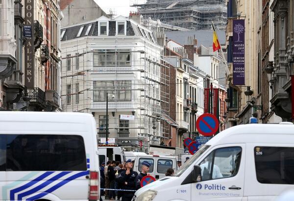 La calle donde se encuentra el Museo Judío de Bruselas acordonada por la policía.
