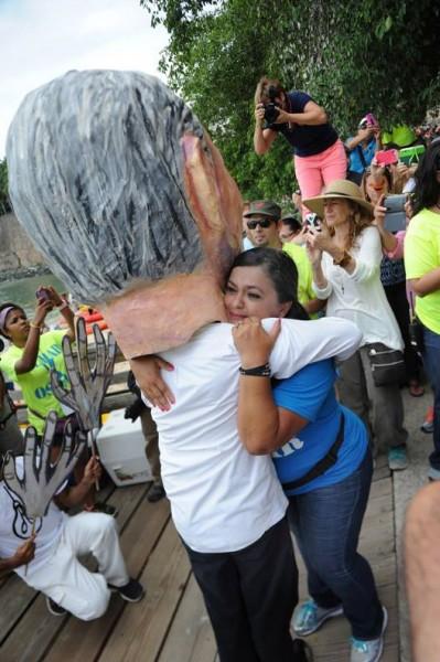 A la llegada a la Puerta de San Juan, fue recibido por su familia. En la foto, Clarisa, la hija de Oscar, lo recibe.
