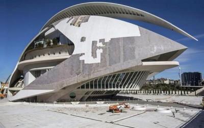 Trabajos para eliminar el trencadís del Palacio de las Artes de Valencia. Foto subida a Twitter por Rita Hanna Barbera