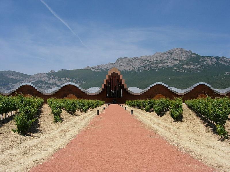 Bodegas Ysios, otro edifico de Calatrava con graves problemas en la cubierta. Foto subida a Wikimedia Commons por ecemaml