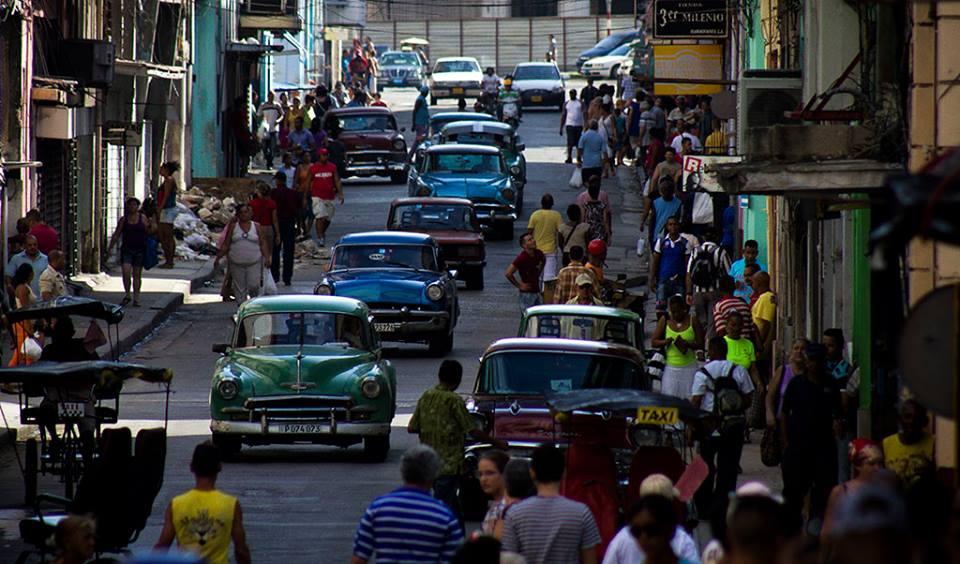 """Los """"almendrones,"""" como se les llama en Cuba a los autos antiguos americanos que también son las más comúnmente usados por los boteros. Foto de Yisel Martínez y Lisandra Andrés, tomada de Facebook."""