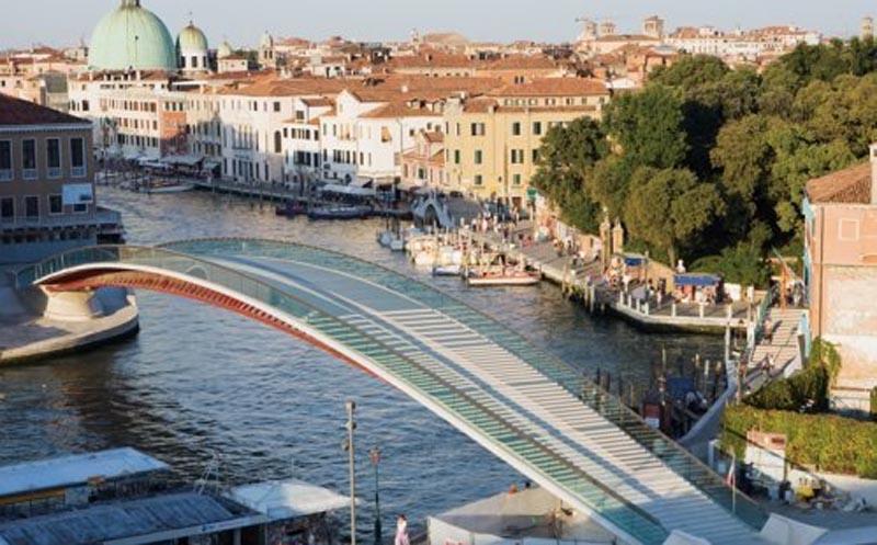 Puente de la Constitución, en  Venecia. Su resbaladiza superficie ha provocado miles de accidentes. Foto subida a Wikiarquitectura por Map