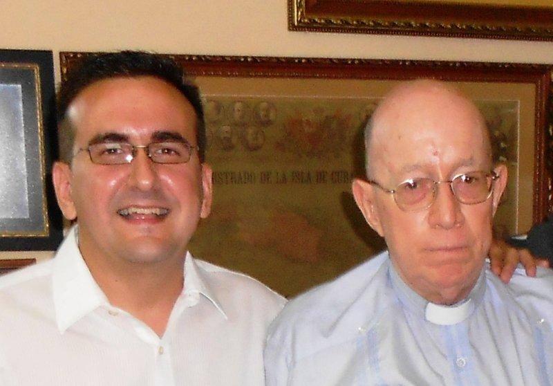 Lenier González, uno de los fundadores de Cuba Posible, y el padre Carlos Manuel de Céspedes (Foto cortesía de Lenier González)