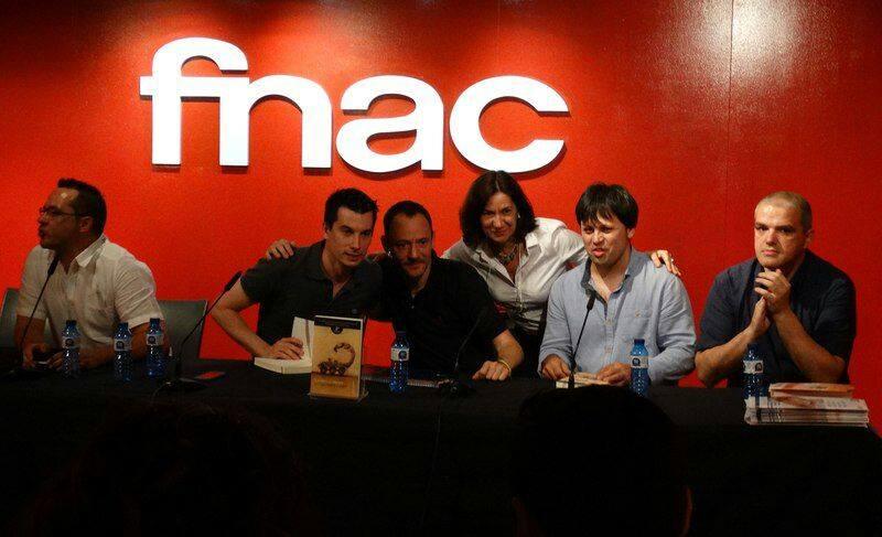 Segura en la presentación del libro en la tienda FNAC, Madrid. Foto de la página de «Un paso al frente» en Facebook.