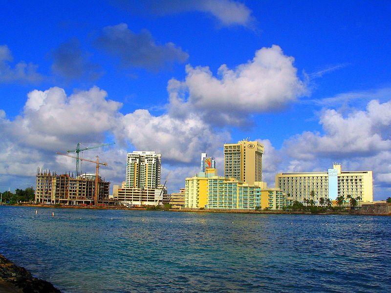Proyectos lujosos de construcción como los que se muestran en la imagen históricamente han dado la impresión de desarrollo económico. Sin embargo, la presente crisis revela que el supuesto desarrollo económico de Puerto Rico fue más bien ilusorio durante las pasadas décadas. Imagen tomada de Wikimedia Commons. Autor: George Miquilena CC-BY-2.0.