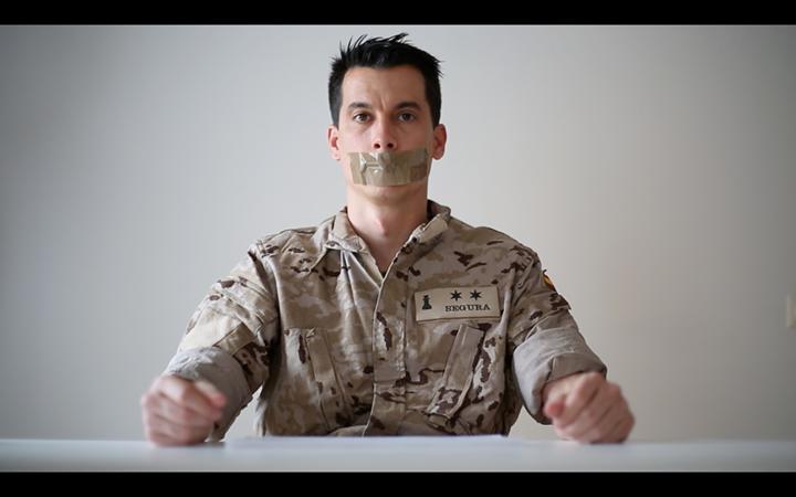El teniente Luis Gonzalo Segura en el vídeo de presentación del libro. Foto de la página de «Un paso al frente» en Facebook