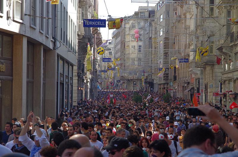 Manifestantes en Turquía, 2013. Foto por Alan Hilditch vía Flickr (CC BY 2.0).