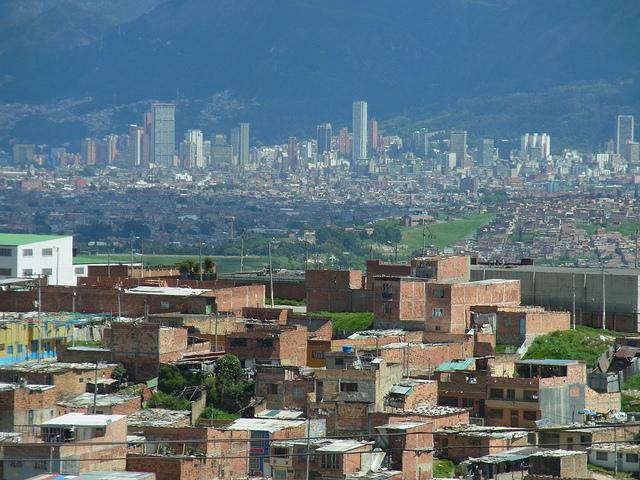 Pohled na Bogotu od Ciudad Bolívar, jedné z nejchudších částí města.