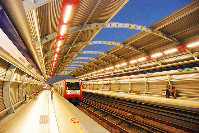 Metro de Santiago, Chile. Foo en Flickr del usuario  Ricardo Cabrera Letelier (CC BY-NC-ND 2.0).