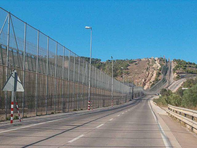 En 2013, el Ministerio del Interior volvió a colocar cuchillas en los alambres de la parte alta de la verja a lo largo de un tercio del recorrido de la valla de Melilla. Fuente Wikipedia.