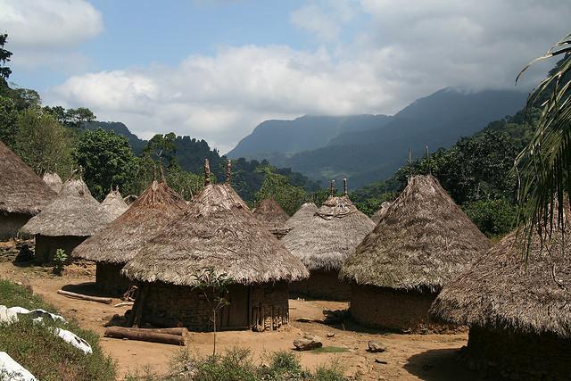 Pueblo Indígena en la Sierra Nevada por el Usuario  Sailing Nomad en FLickr bajo LIcencia CC by 2.0