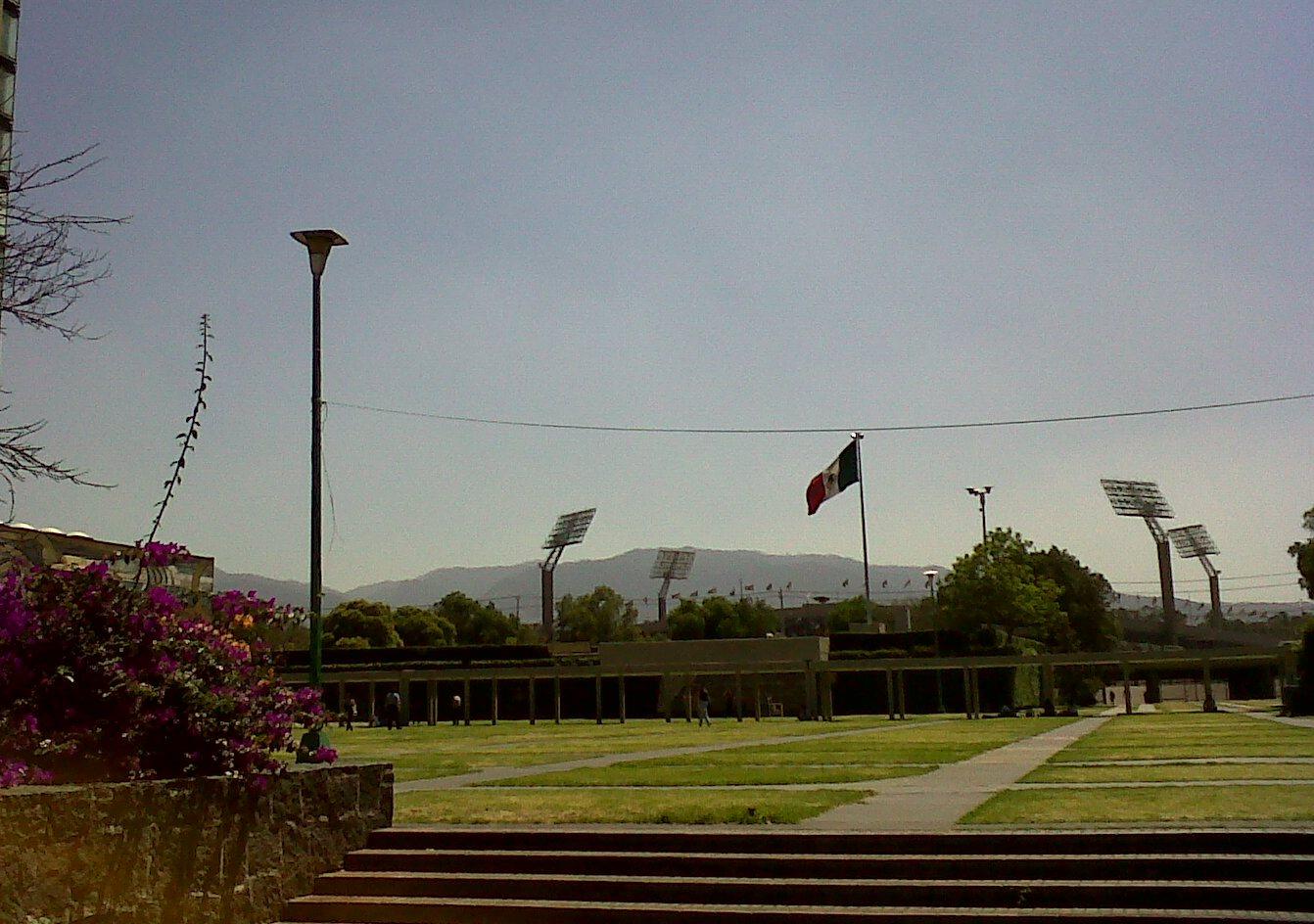 Ciudad Universitaria uñtawi, kawkhantix jan walt'awix paski ukhawa. Luririn jamuqapa, J. Tade (mayo 2012).
