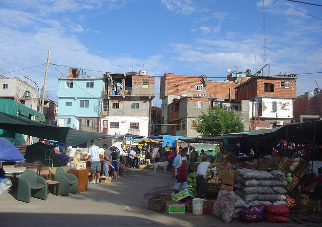 Slum 31, čtvrť Retiro v Buenos Aires, autorem fotografie je uživatel serveru flickr Ever Daniel Barreto Rojas, uveřejněno v rámci licence CC BY-NC-SA 2.0.