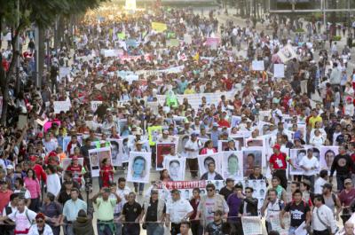 Padres de los 43 estudiantes desaparecidos en Ayotzinapa marchan en Ciudad de México acompañados de miles de personas durante la jornada del 5 de Noviembre de 2014. Foto: LUIS RAMON BARRON TINAJERO. Copyright Demotix