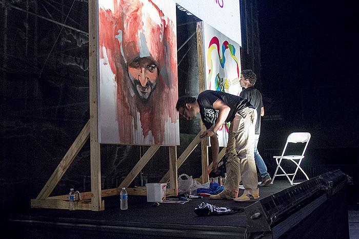 Varios artistas del patio pintaron en vivo mientras la banda tocó.