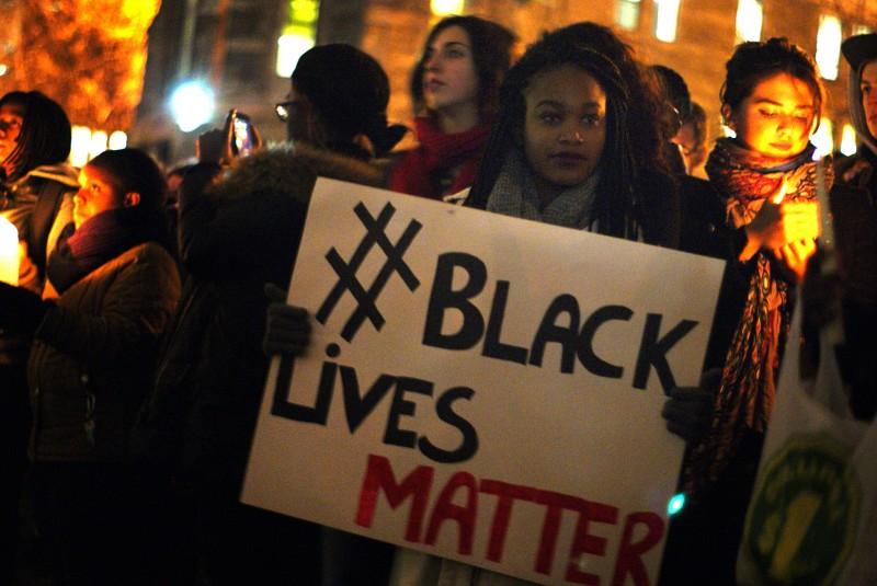 Protesta en la Universidad de McGill, en Montreal, por la decisión de un gran jurado de no presentar cargos contra el policía blanco que mató al adolescente negro Michael Brown, en Ferguson, Missouri. Foto por Gerry Lauzon, tomada de Flickr, bajo una Licencia CC.