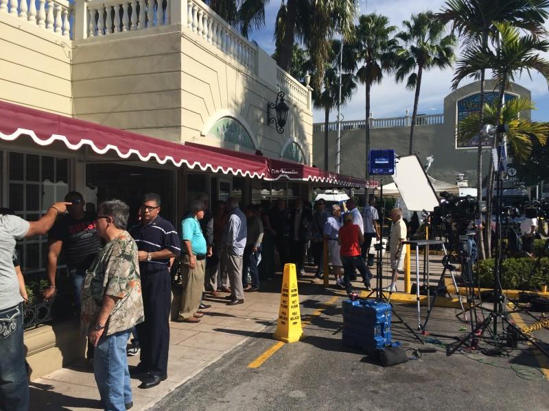El restaurante Versalles, ubicado en La Pequeña Habana, ha sido el lugar predilecto del exilio cubano para alzar su voz. Y esta vez no fue la excepción. En la foto se aprecia la gran actividad mediática que el establecimiento ha experimentado a raíz del anuncio de Obama. Foto cortesía del autor.