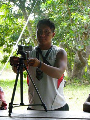 Saúl López (Kuyujani) realizando registro documental de asamblea de estudiantes en la Universidad Indígena de Venezuela.