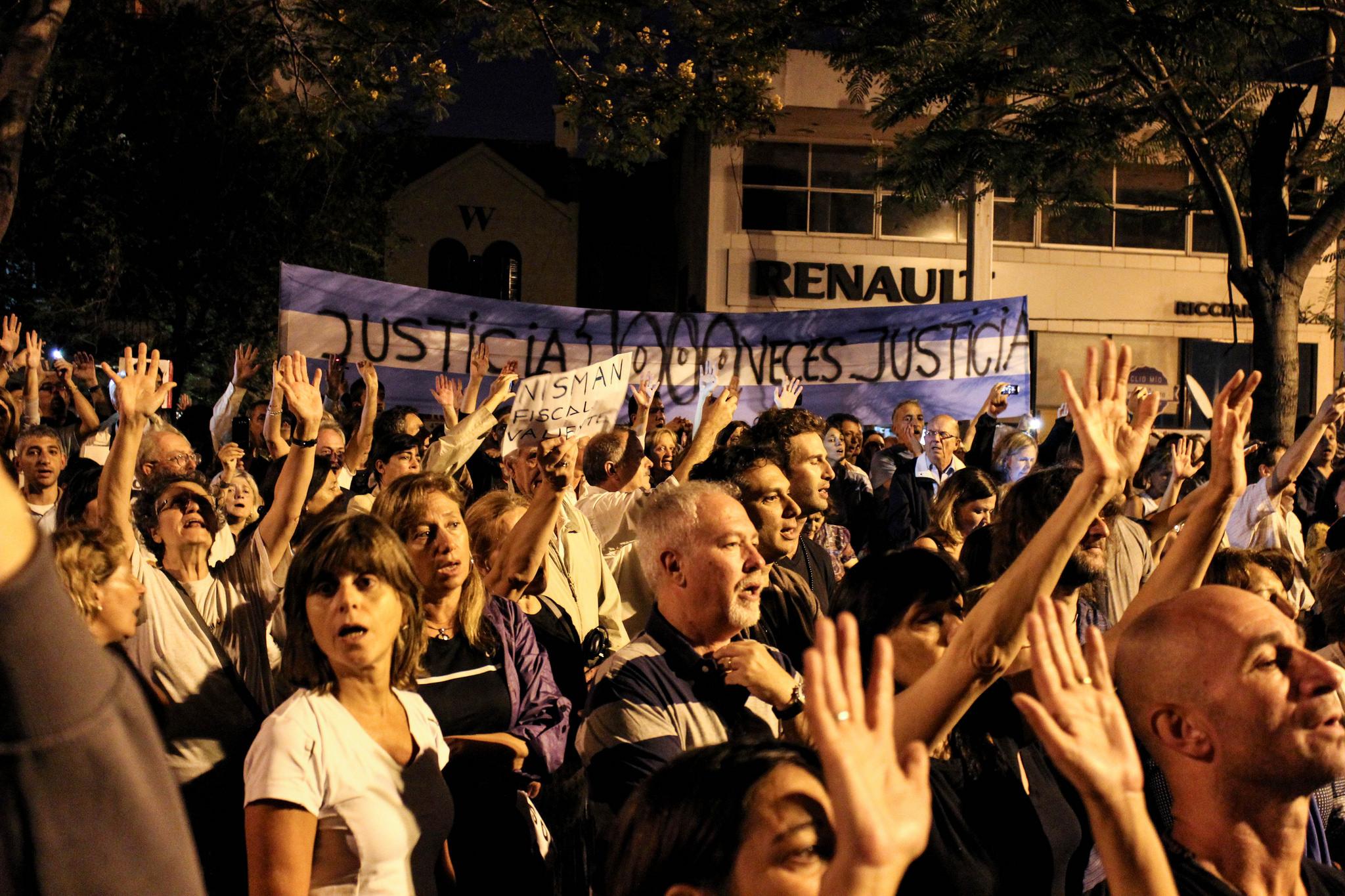 Pochod kvůli smrti žalobce Alberto Nismana. Quinta de Olivos, Buenos Aires. Fotografie pochází z účtu JMalievi na serveru Flickr, uveřejněna v rámci licence Creative Commons.