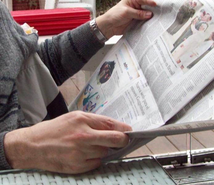 Roberto Fiadone čte deník Últimas Noticias. Fotografie přetištěna v rámci licence Creative Commons Attribution-Share Alike 3.0 Unported.