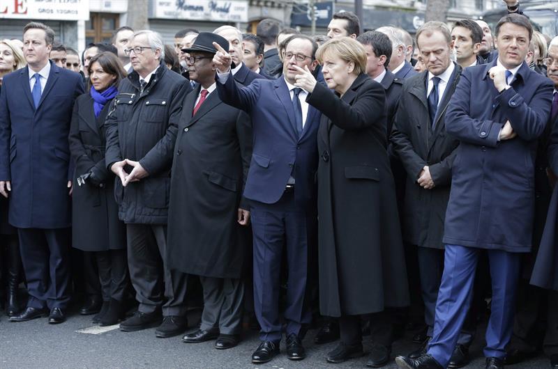 Líderes europeos en la manifestación del 11-1-2015 en París, entre ellos Holande, Merkel, Juncker y Cameron.