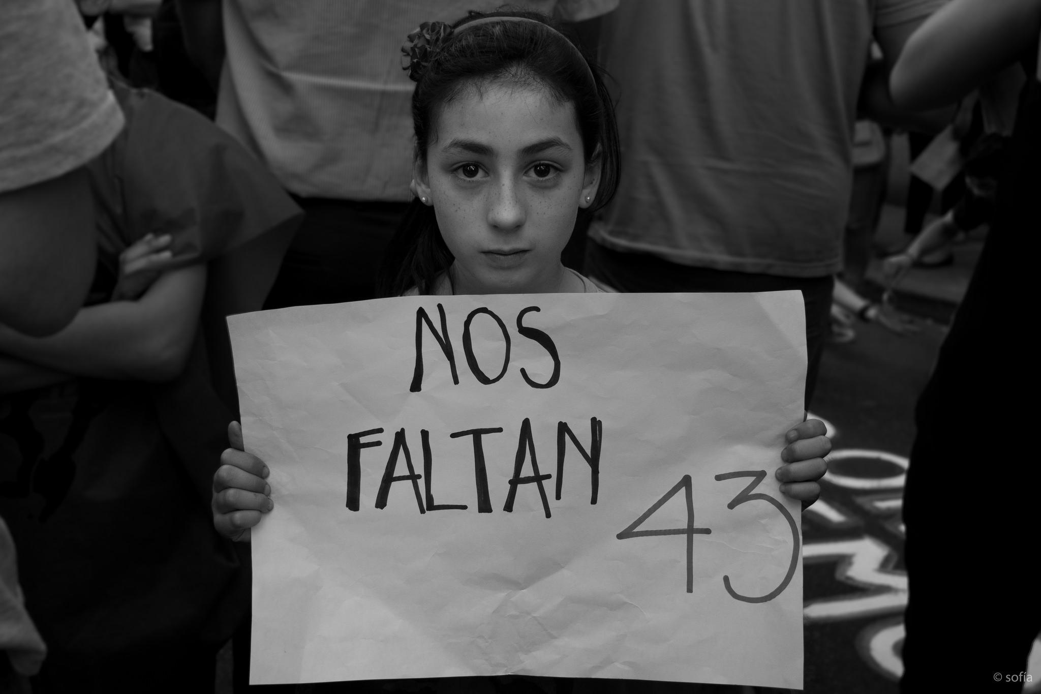 Marcha contra la detención y desaparición de los 43 normalistas de Ayotzinapa, en Montevideo, Uruguay.  Noviembre 17, 2014. Foto tomada de la cuenta de Sofía González en Flickr bajo licencia Creative Commons.