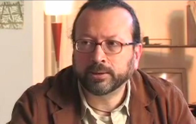 الكاتب الكولومبي ويليام أوسبينا، صورة مأخوذة عن لقاءه في برنامج <em>كونترافيا</em> والمتوفر عبر يوتيوب
