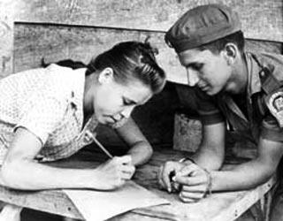 La campaña de alfabetización permitió erradicar el analfabetismo y facilitar el acceso universal a los distintos niveles de educación de manera gratuita