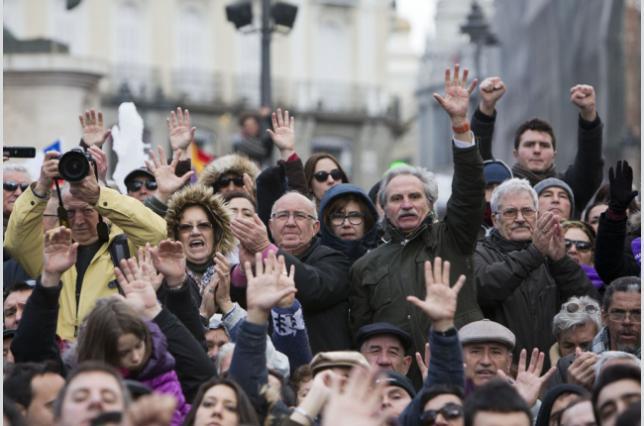 Хора от различни поколения слушат лидера на Подемос. Снимка: Дейвид Фернандес. Вестник Diagonal. Копирано под лиценз CC.