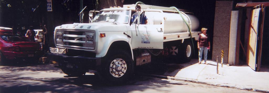 Camión de agua en la colonia Condesa-Hipódromo en Ciudad de México. Foto: Alejandro Mejía Greene en Flickr bajo licencia Creative Common.