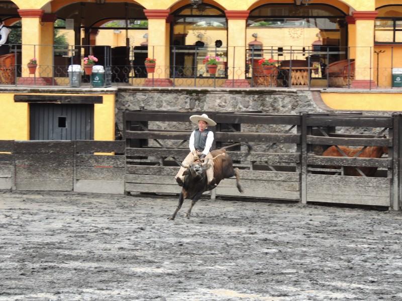 """Charro ejecutando el """"jineteo de toro"""". Foto donada por el blog https://juantadeo.wordpress.com"""