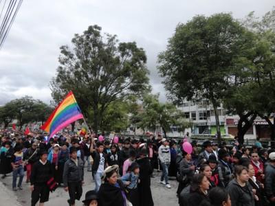 La marcha recorriendo la Avenida Universitaria en Loja Foto: Gina Yauri
