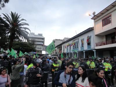 Simpatizantes del oficialismo en los bajos de la Gobernación de Loja, resguardados por la Policía Nacional Foto: Gina Yauri
