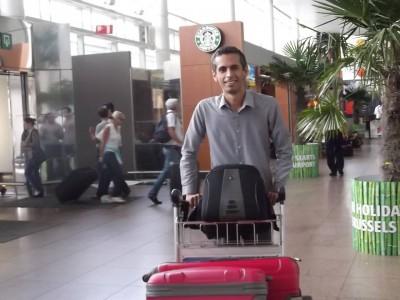 Hamid Babaei en el aeropuerto de Bruselas. Foto de la página Free Hamid Babaei en Facebook, usada con permiso.