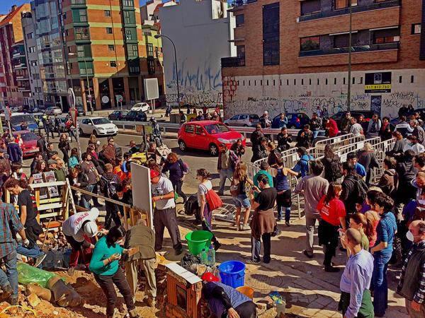 Vecinos inician, en la calle Ofelia Nieto, la reconstrucción de la casa desahuciada en Madrid.