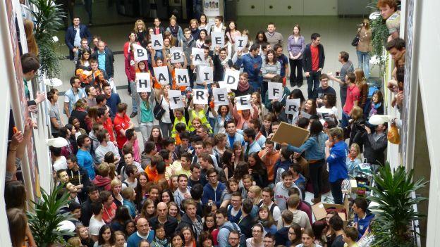 Concentración en la Universidad de Lieja. Foto de la página Free Hamid Babaei en Facebook, usada con permiso.