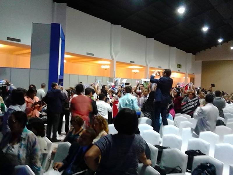 Cubanos pro-gobierno protestan por la irregularidad en el otorgamiento de las credenciales y por la presencia de opositores durante el comienzo del Foro de la Sociedad Civil en la Cumbre de las Américas (Foto: Norges Rodríguez)