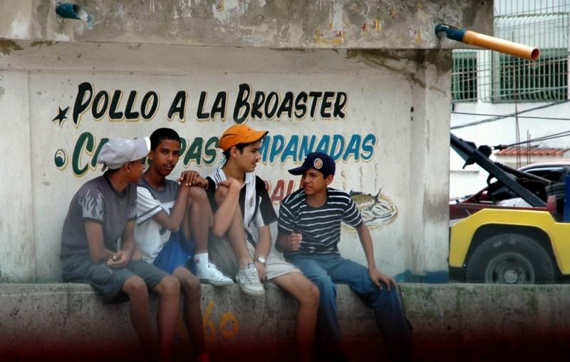 Grupo de jóvenes en barriada popular de Caracas, capital de Venezuela. Foto tomada de la cuenta en Flickr de Xavier Donat bajo licencia de Creative Commons.
