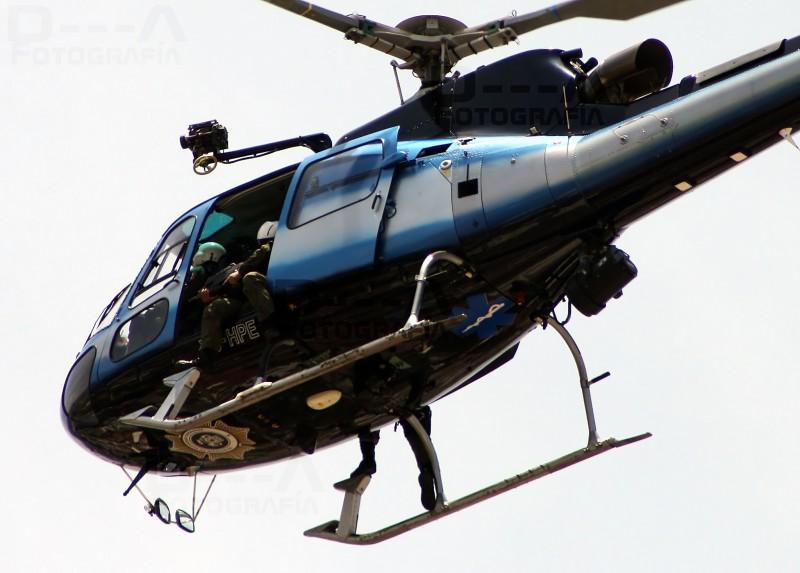 Helicóptero de la policia de Guadalajara iniciando con el patrullaje diario sobre la ciudad de Guadalajara. Foto tomada de la cuenta en Flickr de Alex Lomix bajo licencia Creative Commons.