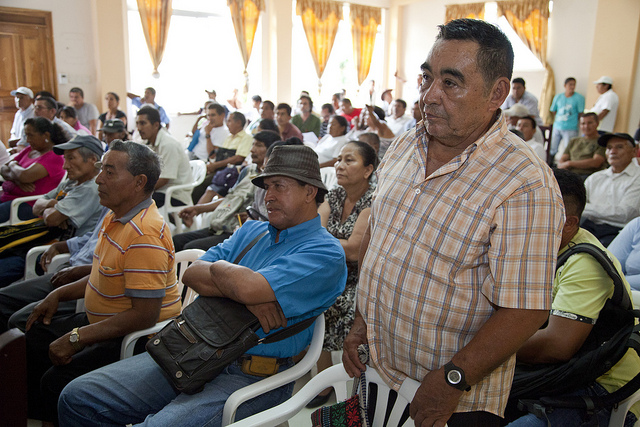 Diálogo con campesinos afectados por fumigaciones con grifotas en Lago Agrio, Sucumbíos, realizadas por Colombia en la frontera con Ecuador. Foto tomada de la cuenta en Flickr de Cancillería de Ecuador bajo licencia Creative Commons.