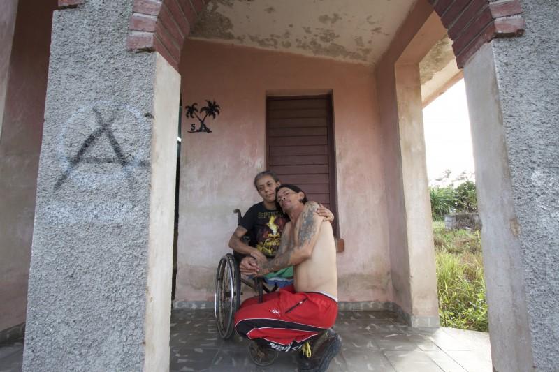Yohandra, sentada, y Gerson son de las pocas personas que conservan memorias del sanatorio de Pinar del Río. Entre ambos lograron rescatar los expedientes médicos de varios pacientes que murieron, muchos de ellos sus amigos.