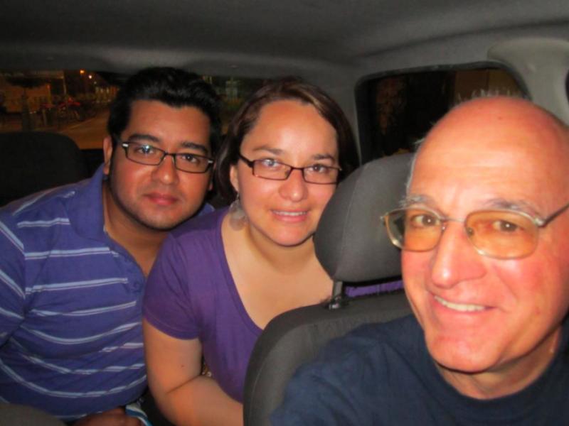 Rodolfo Cutufia, el taxista de la agenda (der) junto a algunos de sus pasajeros. Foto compartida en Facebook por Diego Farias Espinoza y Estrechando Manos.