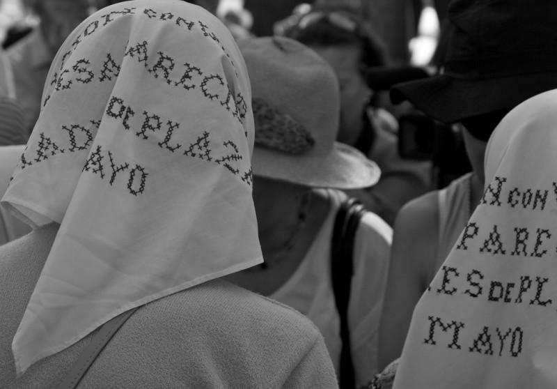Madres Plaza de Mayo marchando. Fotografía tomada por Lisa de Vreede el 10 de diciembre de 2009, publicada en Flickr bajo licencia CC BY-NC-ND 2.0